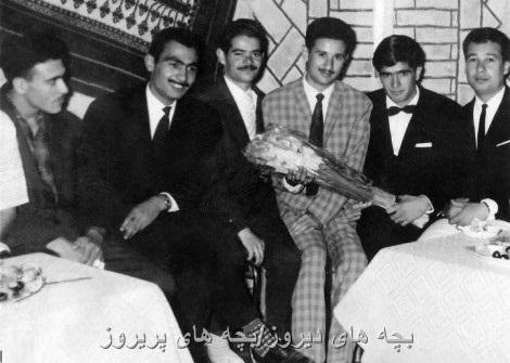 محمدرضا شجریان در کنار دوستان